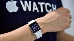 "A South Korean employee shows the ""Apple Watch"" at an Apple shop in Seoul on June 26, 2015. Apple Watch on June 26 arrived in seven more countries including South Korea, Italy, Mexico, Singapore, Spain, Switzerland and Taiwan, after the US tech giant released its first smartwatch in April in nine countries including the United States, China and Japan.  AFP PHOTO / JUNG YEON-JE        (Photo credit should read JUNG YEON-JE/AFP/Getty Images)"